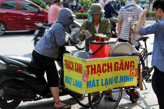 Chiếc xe chở thạch găng của ông Thương lúc nào cũng đông kín khách