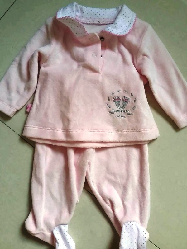 Bộ quần áo thun bé gái dài trị giá 329.000 đồng của khách hàng Trương Đinh Công Vĩnh mua về bị lỗi.