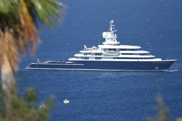 Siêu du thuyền Luna có chín tầng, hai sân bay trực thăng, một phòng spa, hồ bơi, và có một đoàn thủy thủ khoảng 50 người. (Nguồn: CNBC)