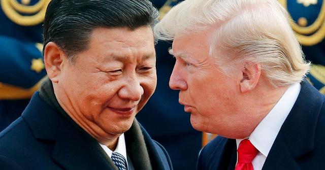 Tổng thống Mỹ Donald Trump trò chuyện với Chủ tịch Trung Quốc Tập Cận Bình. (Nguồn: Andy Wong | AP)