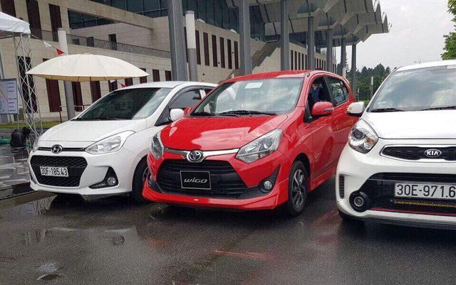 Xe Toyota Wigo sắp về Việt Nam (xe đỏ, ở giữa)