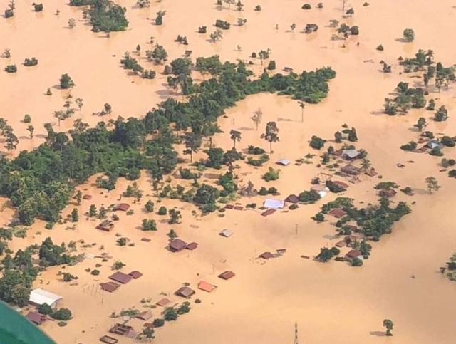 Nhiều ngôi làng bị chìm trong biển nước sau sự cố vỡ đập tại Lào (Ảnh: BBC)