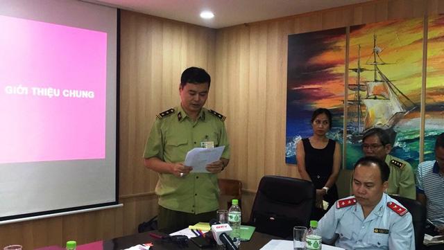 Lực lượng chức năng đọc quyết định kiểm tra và danh dách đoàn kiểm tra. Ảnh: Đại Việt