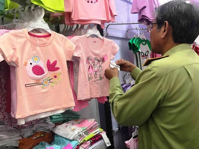 Lực lượng chức năng kiểm tra tại hàng loạt cửa hàng của Con Cưng và phát hiện nhiều sản phẩm có dấu hiệu vi phạm. Các sản phẩm này đã bị tạm giữ để làm rõ.