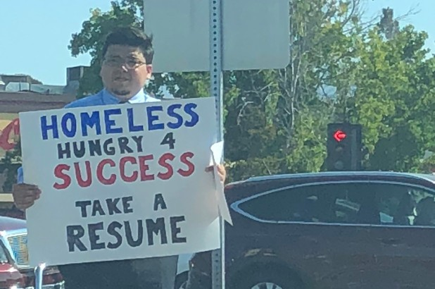 David Casarez đứng cầm biển hiệu chứng tỏ anh luôn nóng lòng vươn tới thành công. (Nguồn: New York Post)