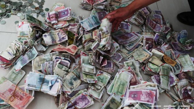 Tiền âm phủ, tiền giả, phế liệu và tiền từ các nước khác khiến một công ty xe buýt tại Vân Nam thiệt hại gần 300 triệu đồng trong quý qua. (Nguồn: Yunnan.cn)