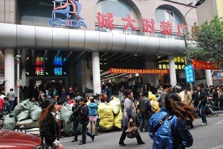 Bất thường: Thương lái Trung Quốc sang Việt Nam đặt may gia công rồi xuất ngược lại