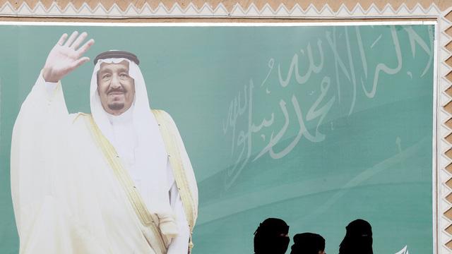 Quốc vương Ả-rập Xê-út Salman bin Abdulaziz Al Saud xuất hiện trên áp phích (Ảnh: Reuters)