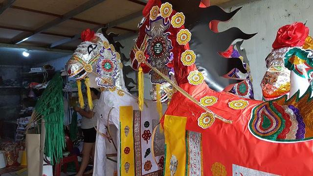 Ngựa giấy chuẩn bị cho lễ mở phủ được dân làng sản xuất.