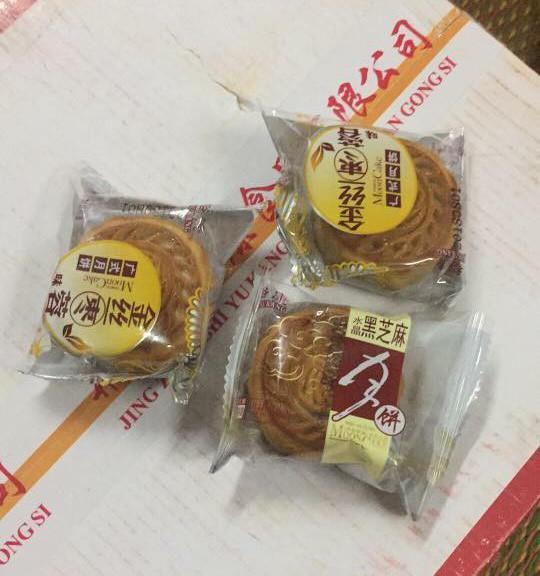 Một thùng bánh trung thu Trung Quốc vẫn còn nguyên seal. (Ảnh: Hồng Vân)