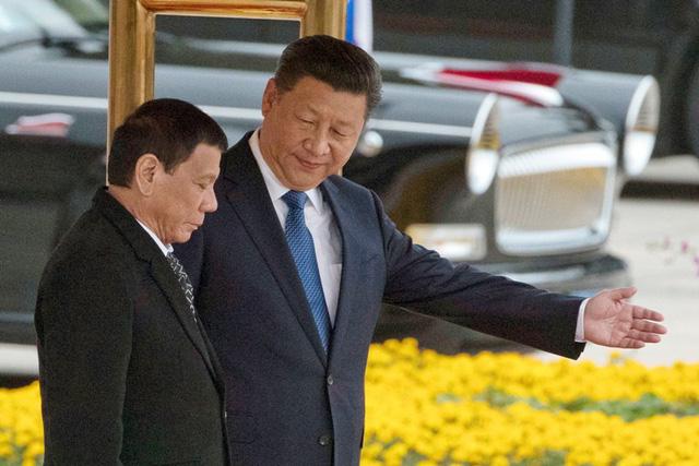 Chủ tịch Tập Cận Bình đón Tổng thống Duterte tại Bắc Kinh năm 2016 (Ảnh: AFP)