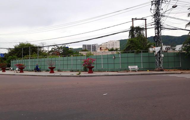 Dự án được dựng hàng rào bằng tôn vây kín.