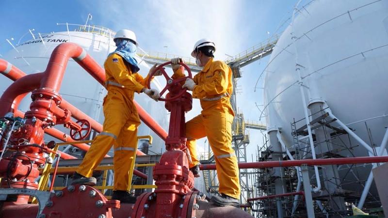 """Cổ phiếu dầu khí bị bán mạnh, """"ông trùm"""" ngành khí giảm lãi mạnh vì Covid-19"""