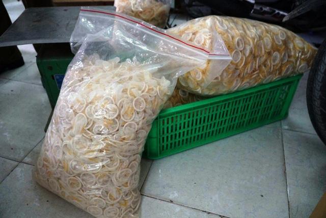 Bao cao su được chất đầy trong các bao nilon và để trong cơ sở.