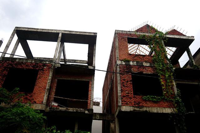 Các căn biệt thự trơ khung sắt lởm chởm.