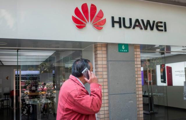 Chính quyền Mỹ từng cảnh báo về nguy cơ an ninh từ điện thoại Huawei của Trung Quốc (Ảnh: AFP)