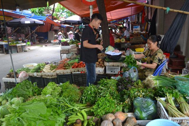 Các mặt hàng rau xanh tăng giá gấp đôi do nhu cầu tăng cao và cả tác động của mưa bão.