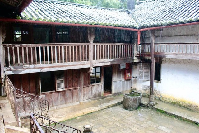 Dinh thự vua Mèo có ảnh hưởng kiến trúc của 3 nền văn hóa: Trung Quốc, người Mông và Pháp. Toàn dinh thự có 3 cung Tiền, Trung, Hậu với 64 phòng dành cho 100 người ở.