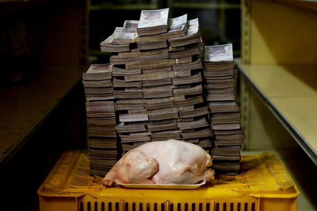 Ngày 16/8, 2,4kg thịt gà tại Venezuela đạt mức giá 14,6 triệu bolivar (tương đương 2,22 USD). Ảnh: Reuters