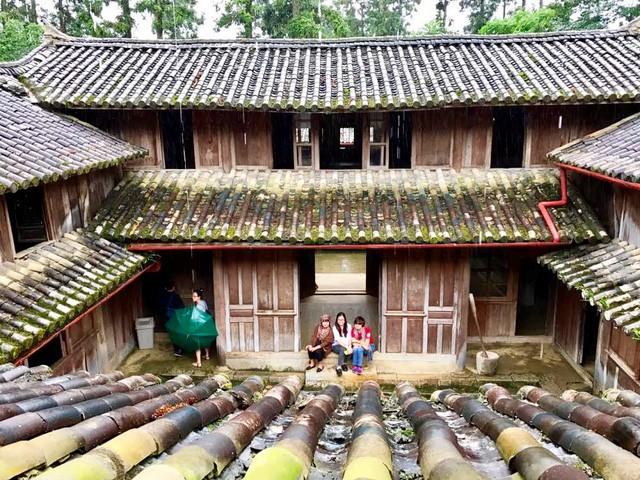 Khu dinh thự của Vua Mèo được xây dựng giữa cánh đồng Sà Phìn trên một quả đồi hình lưng con rùa (Ảnh: Hoàng Ngọc)