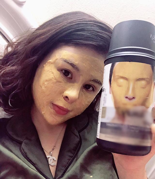 Chủ một cửa hàng mỹ phẩm làm chuột bạch để quảng cáo một loại mặt nạ mà cô đang bán.