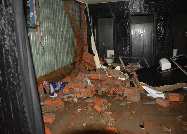 Nước lớn tràn vào khiến nhà sập