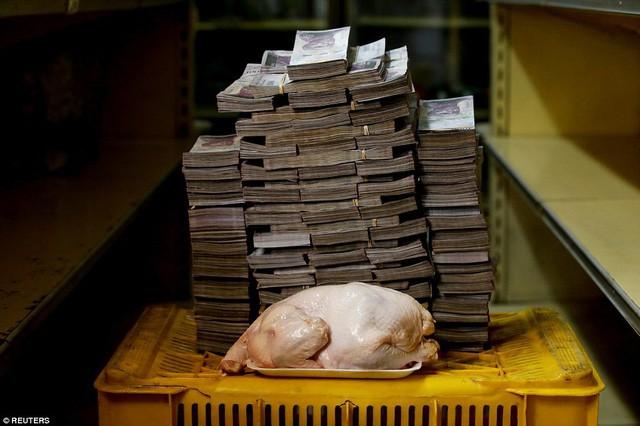 Venezuela đang lâm vào cuộc khủng hoảng kinh tế trầm trọng với tốc độ lạm phát phi mã khi đồng nội tệ bolivar còn rất ít giá trị. Trong ảnh: 1 kg thịt gà có giá 16,6 triệu bolivar (tương đương 2,22 USD) (Ảnh: Reuters)