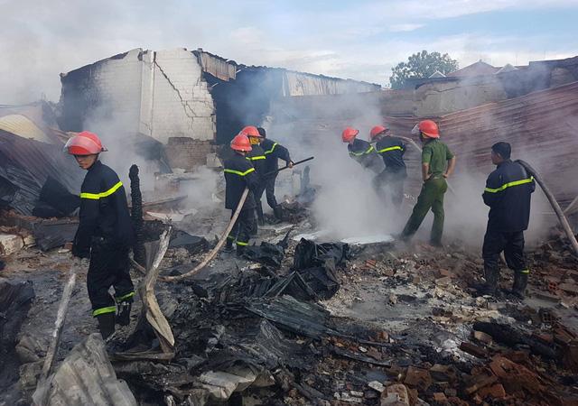 Cháy kho phế liệu rộng 1.000 m2, 2 ô tô bị thiêu rụi