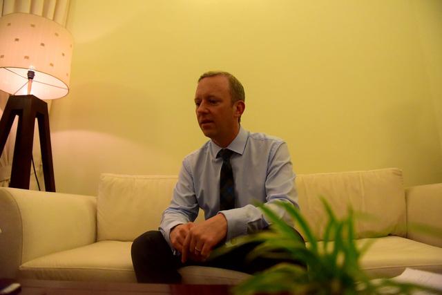 Đại sứ Gareth Ward trả lời phỏng vấn báo Dân Trí (Ảnh: Toàn Vũ)