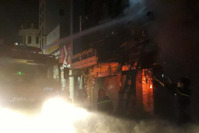 Cháy lớn 3 ngôi nhà trên phố sầm uất bậc nhất Thanh Hóa