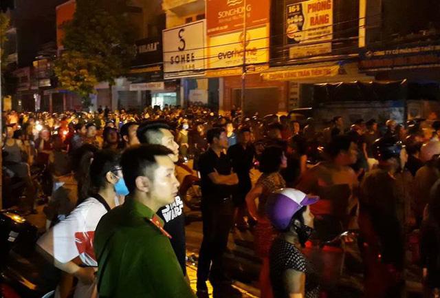 Hàng nghìn người dân tập trung gần hiện trường khiến cho đoạn đường bị ách tắc nghiêm trọng.