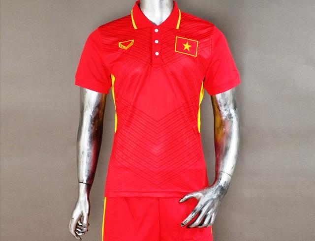 Áo đấu của tuyển Việt Nam đang được các cửa hàng bán ra với giá dao động từ 70.000 – 200.000 đồng/áo.