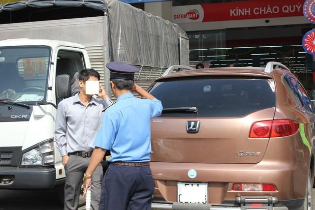 Thanh tra giao thông TPHCM xử phạt taxi công nghệ vi phạm