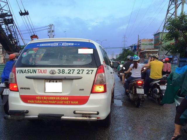Năm 2017, taxi Vinasun treo băng rôn phản đối taxi công nghệ Grab, Uber