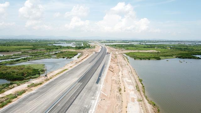 Do còn phải hoàn thành nốt một số hạng mục phụ trợ nên tỉnh Quảng Ninh đề xuất phương án tốc độ xe khai thác ban đầu trên toàn tuyến sẽ là 80km/h