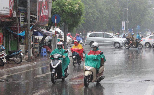 Lợi dụng trời mưa, nhiều shipper tăng giá vô tội vạ