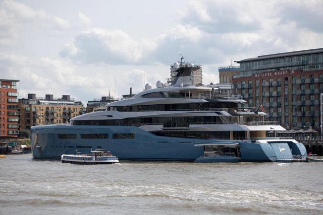 Siêu du thuyền Aviva của tỷ phú Joe Lewis nằm trong top 50 chiếc du thuyền dài nhất thế giới. (Nguồn: WENN)