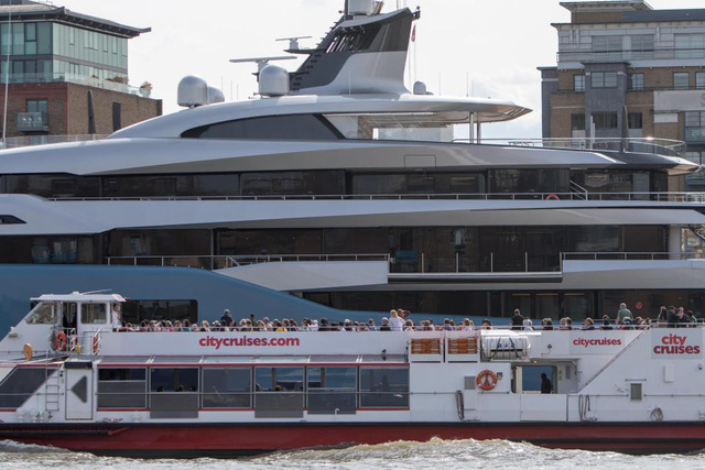 Các du khách đi ngang qua đều trầm trồ và chụp ảnh siêu du thuyền hơn 3,4 nghìn tỷ đồng này. (Nguồn: WENN)
