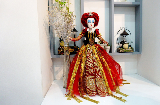 Con búp bê giá trị nhất trong quán tên Nữ hoàng đỏ, có nguồn gốc từ Mỹ. Loại này đã không còn sản xuất nữa, hiện được định giá gần 40 triệu đồng.
