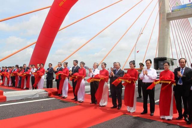 Thủ tướng Nguyễn Xuân Phúc cắt băng khánh thành và phát lệnh thông xe cầu Bạch Đằng và cao tốc Hạ Long - Hải Phòng