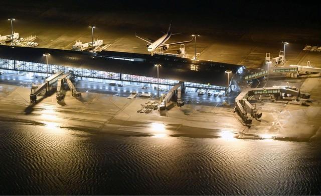 Sân bay Kansai phải đóng cửa do ảnh hưởng nặng nề từ bão Jebi (ảnh Reuters)
