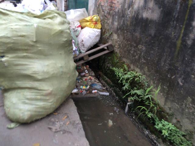 Cống rãnh tại một số làng nghề đen ngòm và đầy rác thải