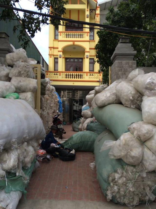 Các nhà làm nhựa trong làng chất hàng đầy sân