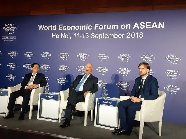 Giáo sư Klaus Schwab (ngồi giữa) cho rằng, Việt Nam nói riêng và thế giới nói chung không thể xem nhẹ tác động của Cách mạng Công nghiệp 4.0.