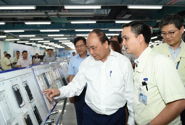 Thủ tướng Nguyễn Xuân Phúc làm việc với một công ty điện tử tại Thái Nguyên mới đây.