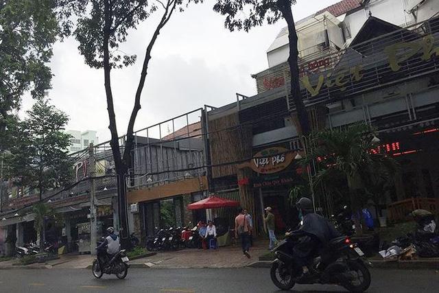 """Từ nguồn thu bất chính từ hoạt động tổ chức đánh bạc qua mạng, ông trùm Phan Sào Nam đã nhờ dì ruột của mình là Phan Thu Hương, SN 1961 mua nhiều bất động sản để """"rửa tiền"""", hợp thức hóa một phần thu nhập từ hoạt động tổ chức đánh bạc. Trong đó có khu đất mặt tiền ở số 45 Lê Qúy Đôn, Phường 7, Quận 3, TP. HCM. Theo ghi nhận thực tế của PV thì khu đất mặt tiền ở số 45 Lê Qúy Đôn hiện là một nhà hàng Việt Phố."""