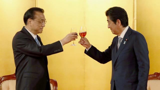 Thủ tướng Nhật Bản Shinzo Abe gặp người đồng cấp Trung Quốc Lý Khắc Cường tại Tokyo hồi tháng 5 (Ảnh: Kyodo)