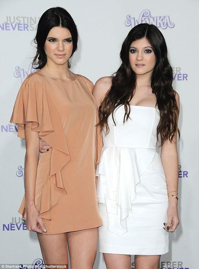 Kylie Jenner (phải) và chị gái Kendall Jenner hồi năm 2011