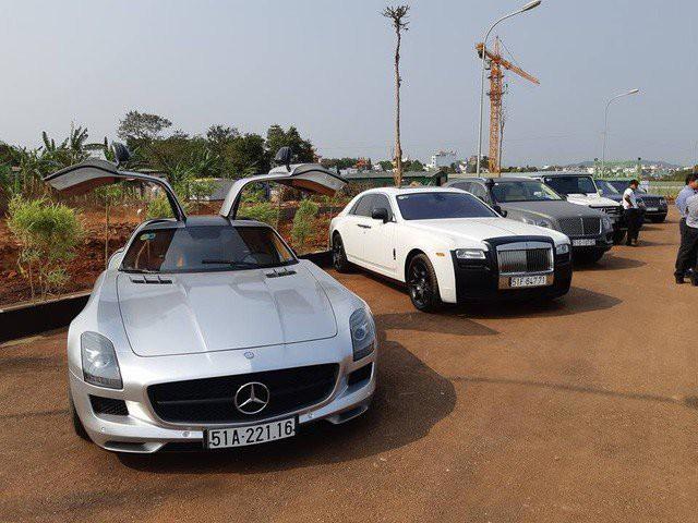 Dàn siêu xe, xe siêu sang của ông trùm cafe Việt được trưng bày tại Buôn Ma Thuột.