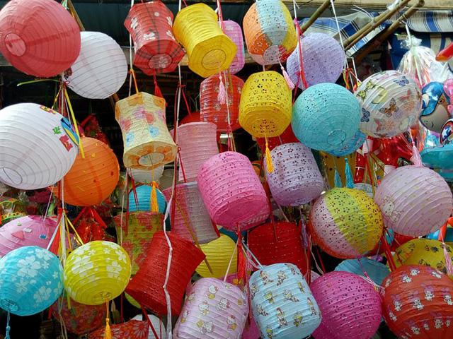 Các mẫu đèn lồng được làm thủ công tại các làng nghề. Đây cũng là mặt hàng bán chạy nhất mùa trung thu năm nay.